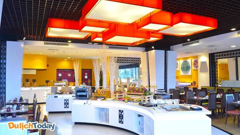 Nhà hàng The Square phục vụ cho khách hàng cả đồ Âu và Á