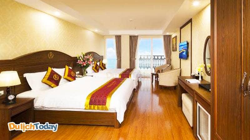 Phòng ngủ tiện nghi có ban công của Regalia hotel