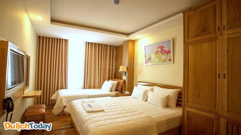 Phòng ngủ với gam màu gỗ ấm cúng tại Senkotel Nha Trang