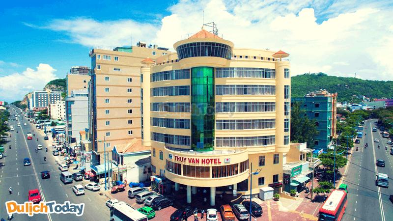 Khách sạn này sở hữu vị trí vô cùng lý tưởng ở giữa ngã ba đường Thùy Vân giao với Hoàng Hoa Thám