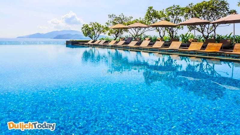 Hồ bơi tràn bờ tại Sheraton Nha Trang