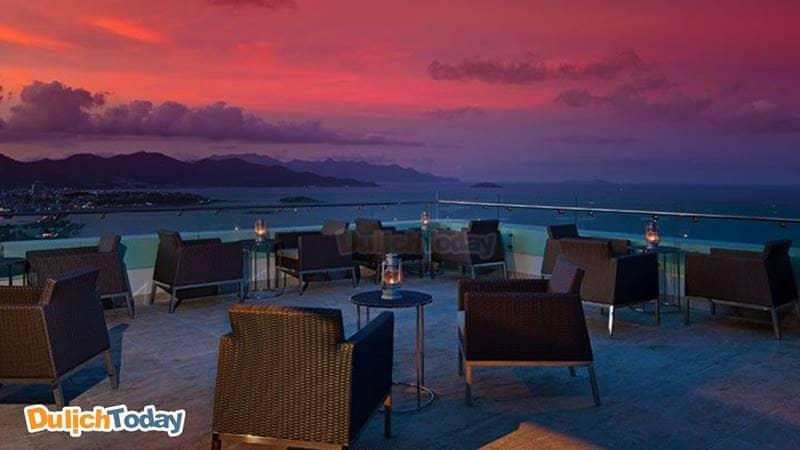 Tại Altitude, du khách có thể nhìn thấy quang cảnh thiên nhiên tươi đẹp của vịnh Nha Trang