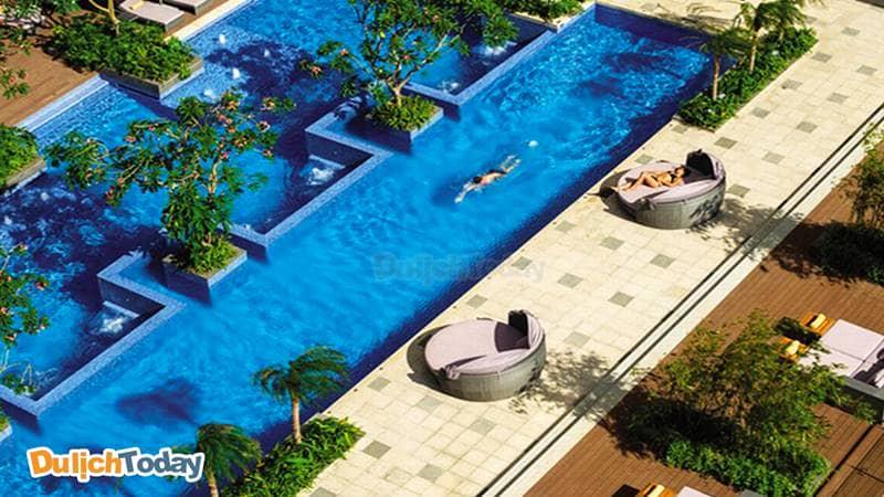 Bể bơi tại InterContinental có nhiều mực nước và độ sâu khác nhau thích hợp cho nhiều đối tượng