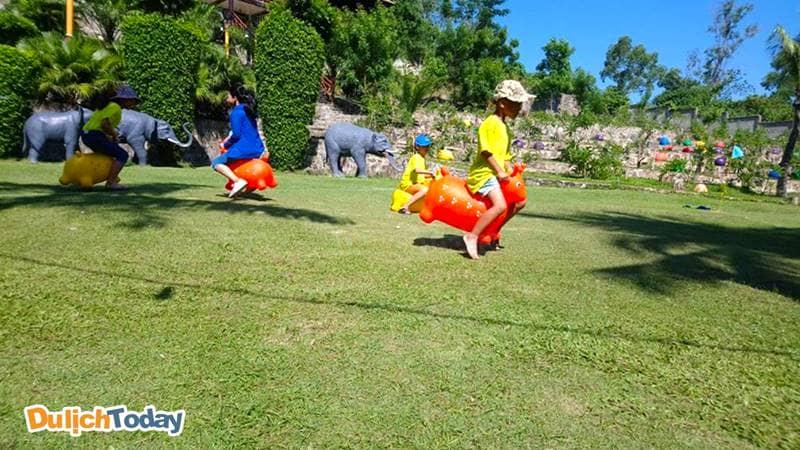 Trẻ em có thể tham gia nhiều trò chơi trong khuôn viên rộng rãi của khu du lịch