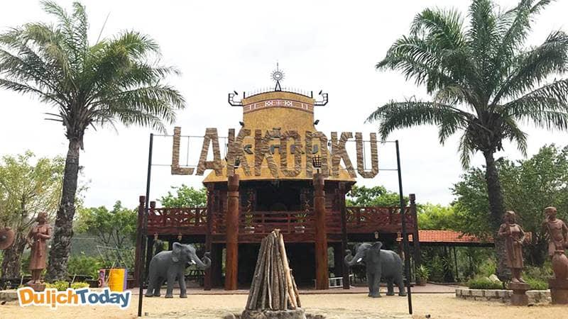Làng Lakkonku tại khu du lịch Trăm Trứng