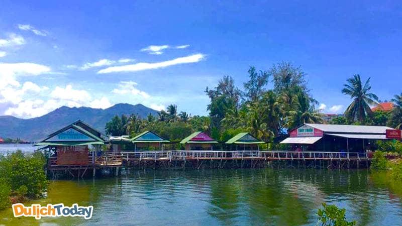 Nhà hàng Thủy Triều Trang nằm trong khu vực đầm Thủy Triều bãi Dài Nha Trang