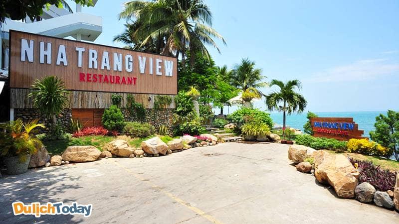 Ngay dưới tầng 1 của nhà nghỉ có nhà hàng Nha Trang View Restaurant phục vụ các món ăn địa phương ngon miệng