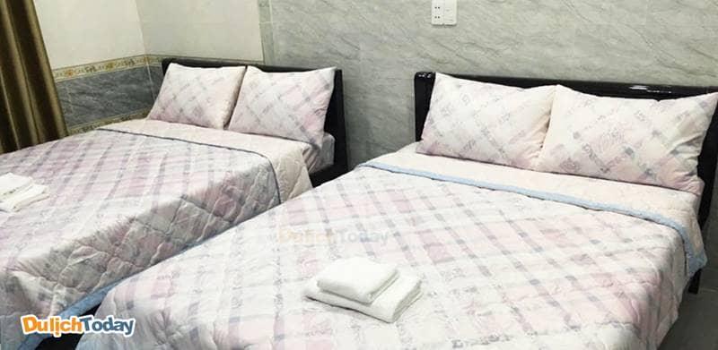 Buồng ngủ tại nhà nghỉ hơi nhỏ nhưng xinh xắn, gọn gàng và sạch sẽ