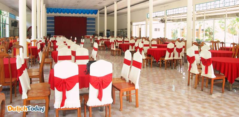 Nhà ăn tại Hải Quân khang trang, rộng rãi phục vụ các món bình dân