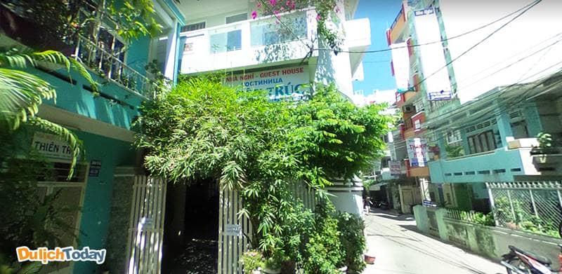 Nhà nghỉ Thiên Trúc Nha Trang nhìn từ bên ngoài, xung quanh trồng nhiều cây