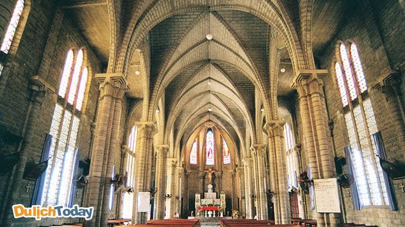 Bên trong thánh đường nhà thờ đá Nha Trang