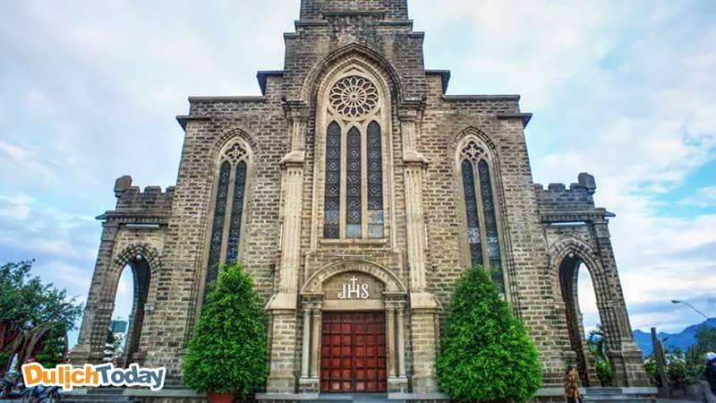 Cổng chính của Nhà thờ đá Nha Trang tạo hình vòm, có cảm giác như