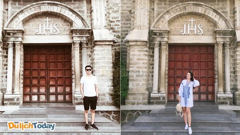 Góc chụp ngang ở ngay dưới cổng chính nhà thờ
