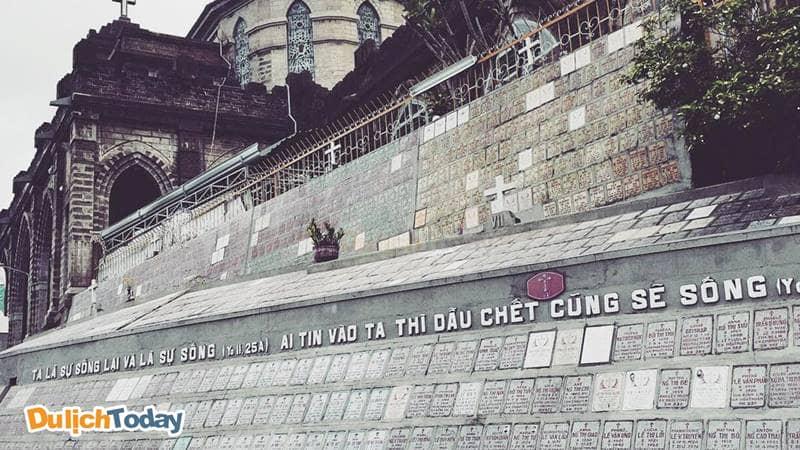 Dãy tường đá được khắc Lời của Chúa ở sườn bên Nhà thờ Núi Nha Trang