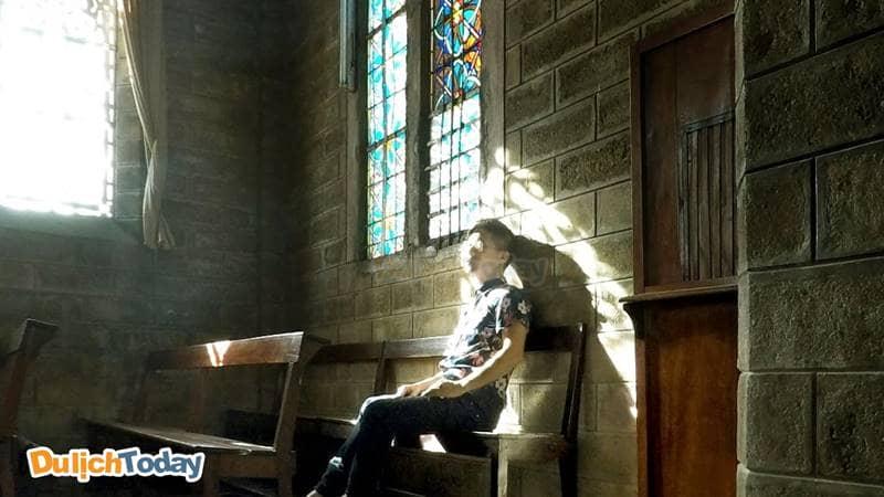 Góc chụp ngồi bên hàng ghế trong thánh đường