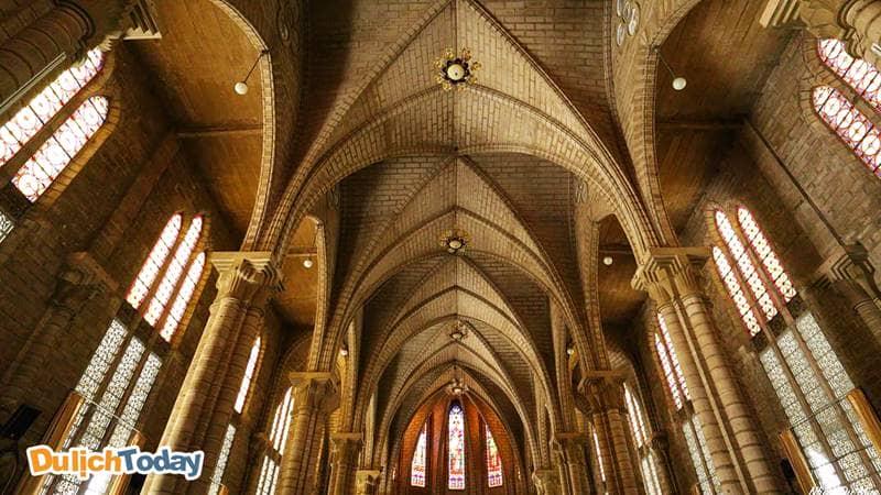 Thiết kế mái vòm và các ô cửa kính màu sắc bên trong thánh đường