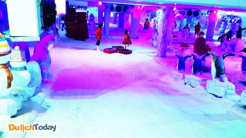 Nhà tuyết ở công viên Thỏ Trắng được rất nhiều bạn trẻ đến chơi