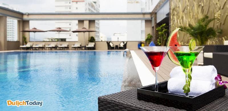 Quán bar bên cạnh bể bơi phục vụ đồ uống cocktail cho những giây phút thư giãn