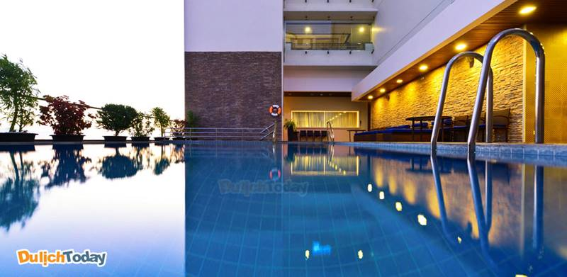 Hồ bơi của khách sạn Novotel Nha Trang tọa lạc trên tầng 3, thiết kế hiện đại và nhỏ xinh