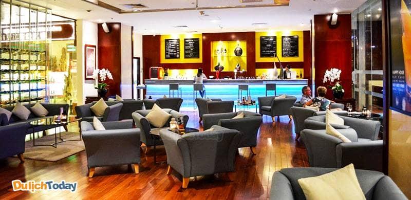 Le Bar chuyên phục vụ bữa sáng và trà chiều với phong cách sang trọng, ấm áp