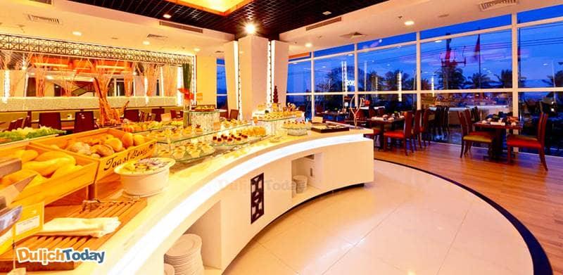 Nhà hàng The Square với không gian rộng rãi mang đến thực đơn Buffet đa dạng, ngon miệng