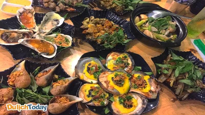 Thưởng thức bữa tiệc hải sản thịnh soạn tại nhà hàng Thủy Triều
