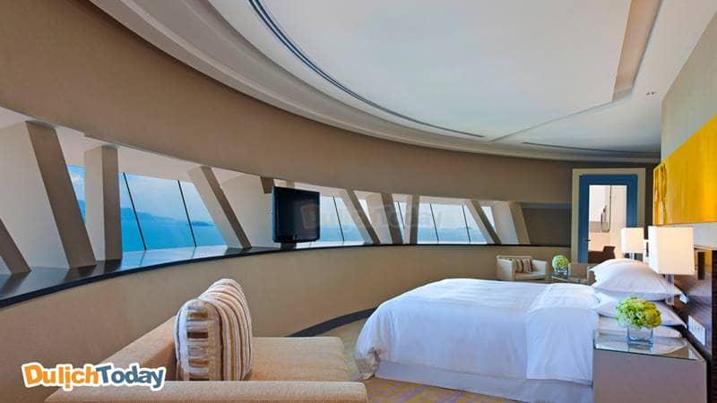Phòng ngủ sang trọng với cửa số hướng biển tại Sheraton