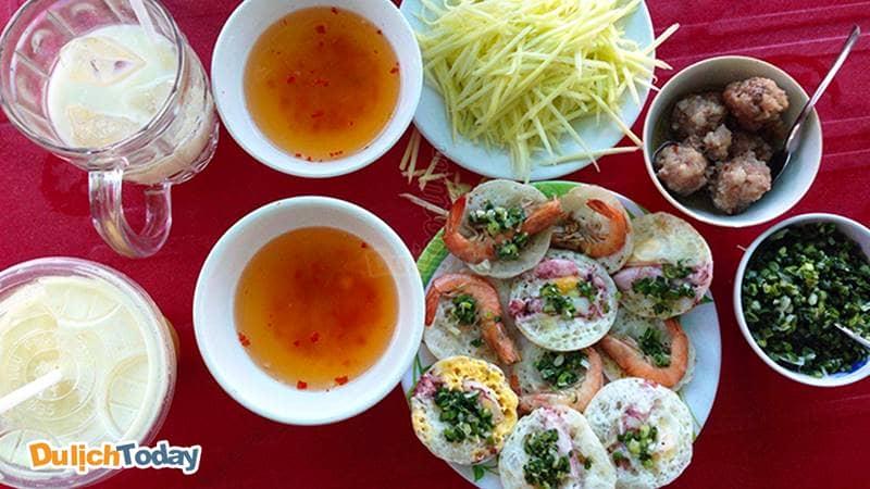 Quán bánh căn cô Trang với nhân tôm, mực tươi ngon, ngọt thịt
