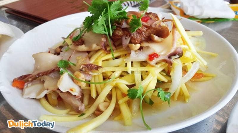 Hải sản Xuân Anh Tháp Bà Nha Trang nổi tiếng với món gỏi ốc