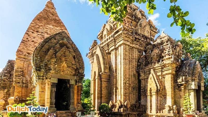 Tháp Bà Nha Trang là tiêu biểu cho nghệ thuật kiến trúc dân tộc Chăm, đã tồn tại trên 10 thế kỷ