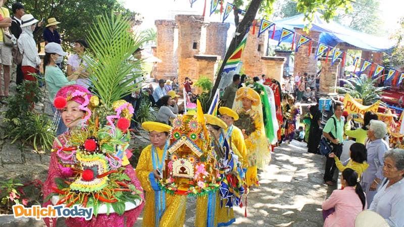 Du khách được xem các lễ rước, lễ tế truyền thống