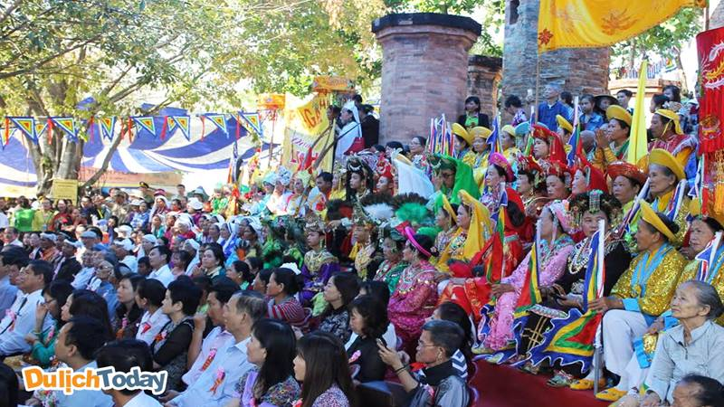 Hàng nghìn người tham gia lễ hội Tháp Bà vào 20 - 23/3 âm lịch hàng năm. Nguồn: Internet