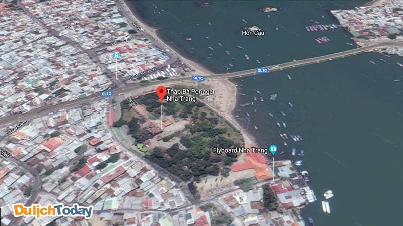 Tháp Bà Nha Trang nằm ở đầu đường 2/4, ven sông Cái