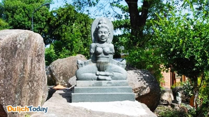 Tượng nữ thần Ponagar - Thiên Y Thánh mẫu Ana