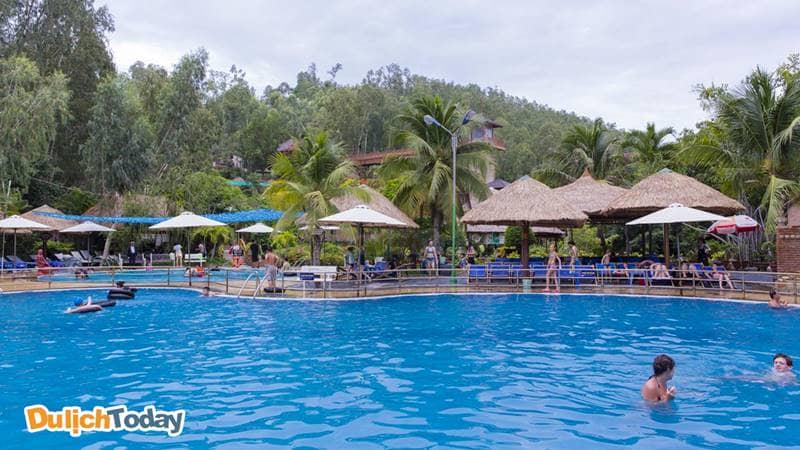 Một góc của hồ bơi suối khoáng nóng tại khu du lịch Tháp Bà