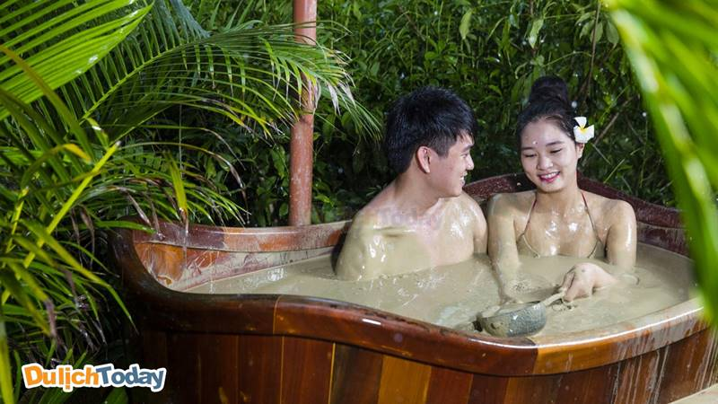 Tắm bùn khoáng nóng riêng biệt là trải nghiệm lý tưởng cho các cặp đôi