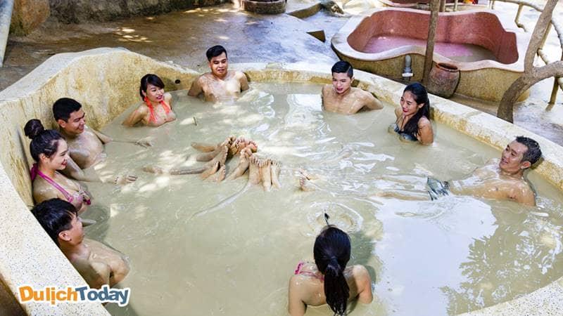 Tắm bùn khoáng tập thể tại Tháp Bà Spa Nha Trang