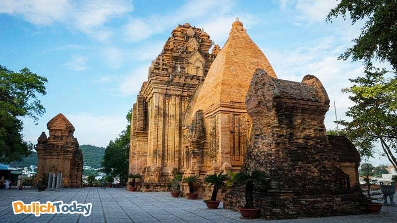 Tầng trên cùng là các tòa tháp chính thờ thần Ponagar