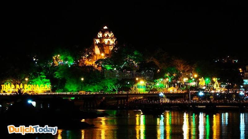 Cảnh Tháp Bà Ponagar về đêm