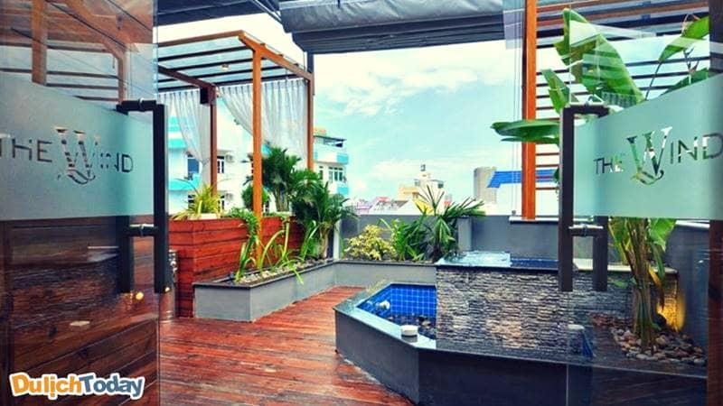 Ban công xanh của Wind Mountain Side Hotelcho bạn khám phá mọi góc nhìn của thành phố biển