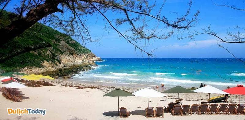 Bãi biển đảo Bình Ba với nét đẹp hoang sơ và nước biển trong xanh