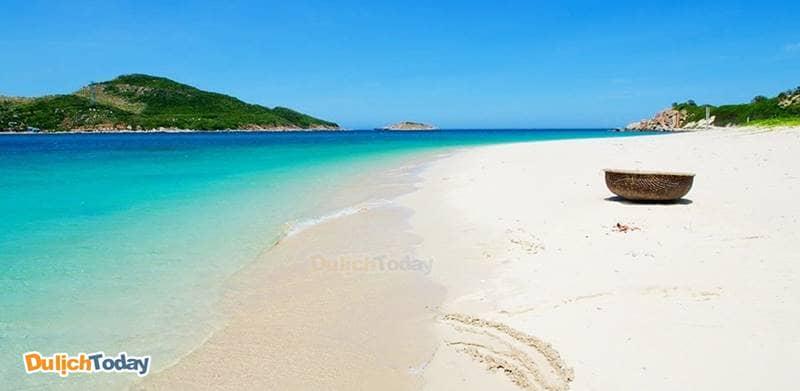 Một trong tứ Bình của Nha Trang - Bình Hưng với bãi cát trắng và nước biển xanh ngọc trong vắt