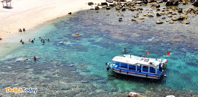Nước biển tại Hòn Nội trong vắt nhìn được cả những rạng san hô ở dưới đáy