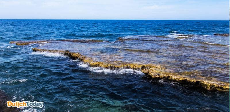 Thác nước trên biển hùng vĩ tại Hang Rái