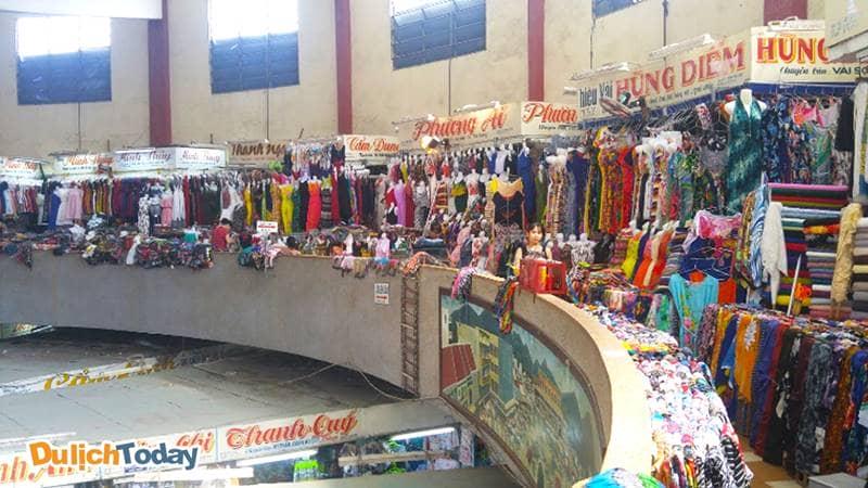 Khu vải vóc ở tầng 2 của chợ Đầm
