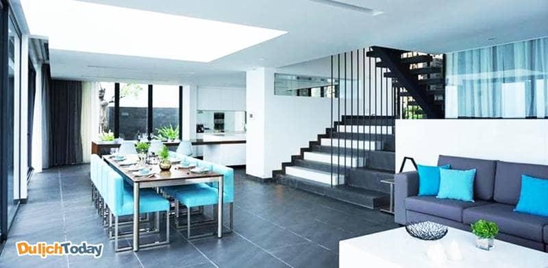 Villa có phong cách thiết kế hiện đại với gam màu trung tính, không gian mở tại tầng trệt
