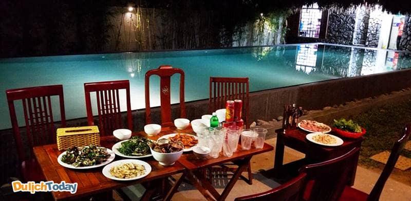 Du khách thưởng thức những bữa ăn ngon miệng do chính người dân địa phương nấu tại biệt thự