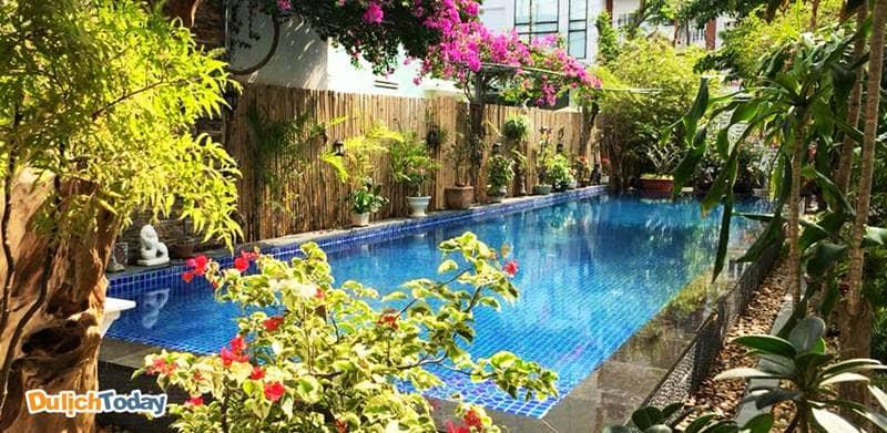 Xung quanh villa và bể bơi rợp bóng cây xanh và các loài hoa