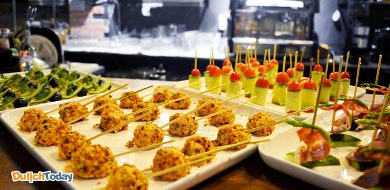Điểm nổi bật tại villa LM là các món ăn phương Tây đa dạng và ngon miệng
