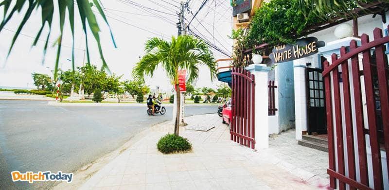 White House Villa nằm tại ngã ba giao nhau giữa đường Dã Tượng với đường Trần Phú
